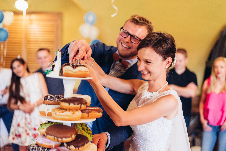 krájanie svadobného donatu