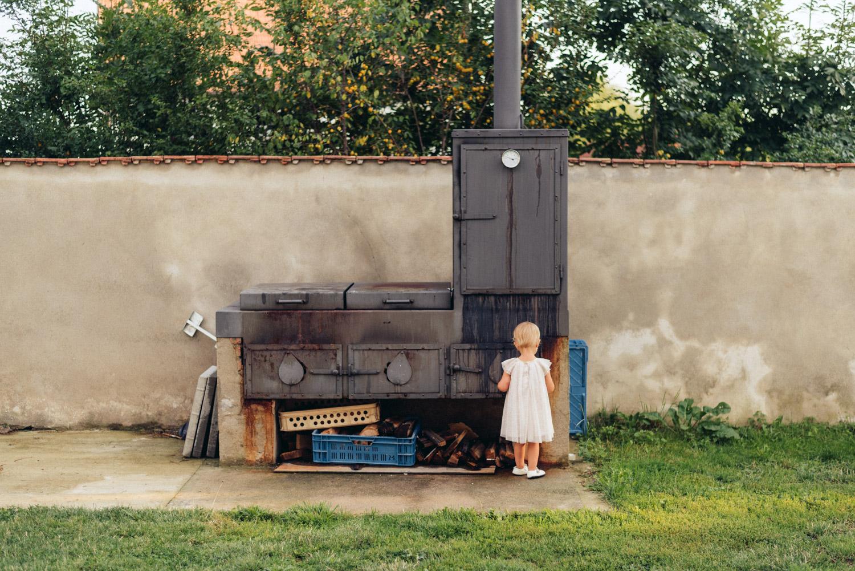 dievčatko pri peci