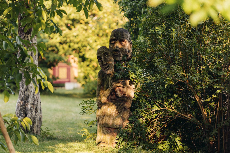 drevené sochy v záhrade